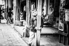 Ragazzo del bambino che pensa nella città di Puyo nell'Ecuador Fotografie Stock Libere da Diritti