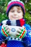 Ragazzo del bambino che tiene grande tazza con cioccolato Fotografie Stock Libere da Diritti