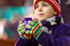 Ragazzo del bambino con cioccolata calda sul mercato di Natale Fotografia Stock