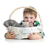 Ragazzo del bambino con i gattini su fondo bianco Immagine Stock