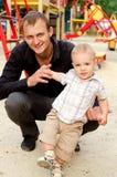 Ragazzo del bambino con il suo papà all'aperto immagine stock