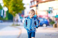 Ragazzo del bambino con la cartella della scuola sul modo alla scuola Immagini Stock Libere da Diritti