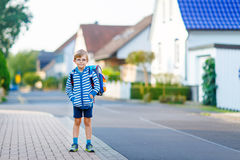 Ragazzo del bambino con la cartella della scuola sul modo alla scuola Fotografia Stock