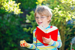 Ragazzo del bambino con la mela sul modo alla scuola Immagine Stock