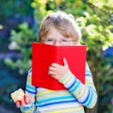 Ragazzo del bambino con la mela sul modo alla scuola Immagine Stock Libera da Diritti