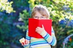 Ragazzo del bambino con la mela sul modo alla scuola Fotografia Stock Libera da Diritti