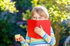 Ragazzo del bambino con la mela sul modo alla scuola Fotografie Stock Libere da Diritti