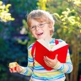 Ragazzo del bambino con la mela sul modo alla scuola Fotografie Stock