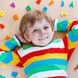 Ragazzo del bambino con le lettere variopinte, dell'interno Immagine Stock Libera da Diritti
