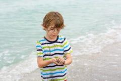 Ragazzo del bambino divertendosi sulla spiaggia tropicale Fotografia Stock