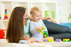 Ragazzo del bambino e della madre che gioca insieme dell'interno Immagini Stock Libere da Diritti