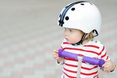 Ragazzo del bambino nel casco di sicurezza con il motorino Immagini Stock