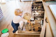 Ragazzo del bambino nella situazione pericolosa a casa Concetto di sicurezza del bambino fotografia stock libera da diritti