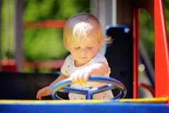 Ragazzo del bambino sul campo da giuoco Fotografie Stock