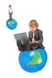 Ragazzo del calcolatore sul grandi globo e ragazza sul globo Fotografia Stock
