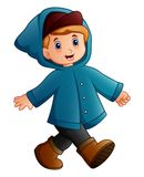 Ragazzo del fumetto nella camminata blu del rivestimento di inverno royalty illustrazione gratis