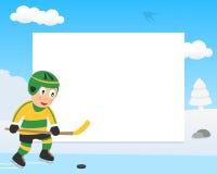 Ragazzo del hockey su ghiaccio nel telaio di orizzontale del parco Fotografie Stock Libere da Diritti