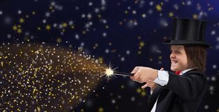 Ragazzo del mago con l'elmetto protettivo che indica lo spazio della copia con la bacchetta magica immagini stock