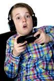 Ragazzo del Preteen con un'espressione emozionante che gioca una tenuta del video gioco fotografia stock