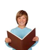 Ragazzo del Preteen con una grande lettura del libro Immagini Stock Libere da Diritti