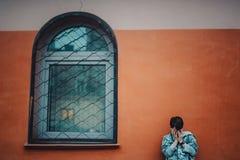 Ragazzo del Preteen su una via in una grande città accanto ad un grattacielo da solo immagine stock libera da diritti