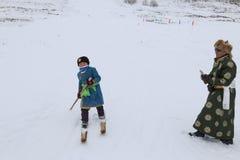 Ragazzo del Tuva che fa concorrenza in una concorrenza del paese dello sci nelle montagne di Altai in Cina Immagini Stock Libere da Diritti