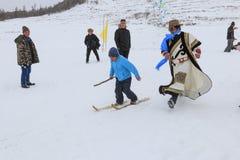 Ragazzo del Tuva che fa concorrenza in una concorrenza del paese dello sci nelle montagne di Altai in Cina Fotografia Stock