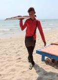 Ragazzo del venditore della spiaggia degli occhiali da sole sulla linea costiera Fotografia Stock Libera da Diritti