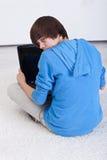 Ragazzo dell'adolescente catturato praticando il surfing il Web Fotografie Stock Libere da Diritti