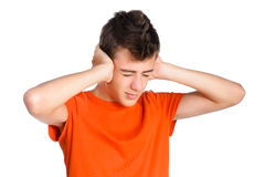 Ragazzo dell'adolescente che chiude le suoi orecchie ed occhi Fotografia Stock Libera da Diritti