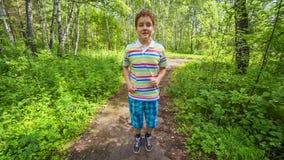 Ragazzo dell'adolescente che pareggia nel parco