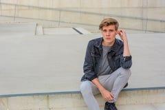 Ragazzo dell'adolescente che si siede sul pensiero delle scale Fotografia Stock