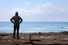 Ragazzo dell'adolescente che sta sulla roccia Fotografie Stock