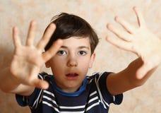 Ragazzo dell'adolescente con l'espressione ed il gesto di timore Fotografia Stock