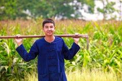 Ragazzo dell'adolescente in vestito dall'agricoltore dei thailand'ss Immagine Stock