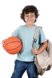 Ragazzo dell'allievo biondo con una pallacanestro Immagini Stock