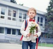 Ragazzo dell'allievo vicino alla scuola Fotografie Stock Libere da Diritti