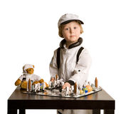 Ragazzo dell'atronauta che gioca scacchi Immagine Stock