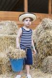 Ragazzo dell'azienda agricola al granaio Fotografia Stock