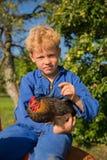 Ragazzo dell'azienda agricola con il trattore Fotografie Stock Libere da Diritti