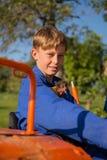 Ragazzo dell'azienda agricola con il trattore Fotografia Stock