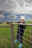 Ragazzo dell'azienda agricola sul cancello Fotografie Stock Libere da Diritti