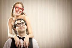 Ragazzo dell'uomo del nerd con il suo ritratto di amore dell'amica fotografie stock libere da diritti