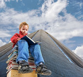 Ragazzo della lettura Fotografie Stock