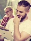 Ragazzo dello studente con la compressa davanti ai suoi compagni di classe Fotografia Stock Libera da Diritti