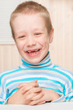 Ragazzo di 6 anni felice con i denti di latte ritirati Fotografia Stock