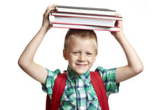 Ragazzo di banco con i libri sulla sua testa Immagine Stock Libera da Diritti