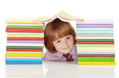 Ragazzo di banco con i lotti dei libri variopinti Fotografia Stock Libera da Diritti