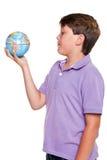 Ragazzo di banco con il globo isolato Immagini Stock Libere da Diritti