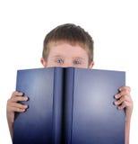 Ragazzo di banco della lettura con il libro Fotografia Stock